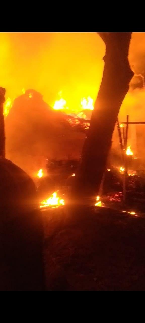 सुलतानपुर : आग की चपेट में  आधे दर्जन घर स्वाहा