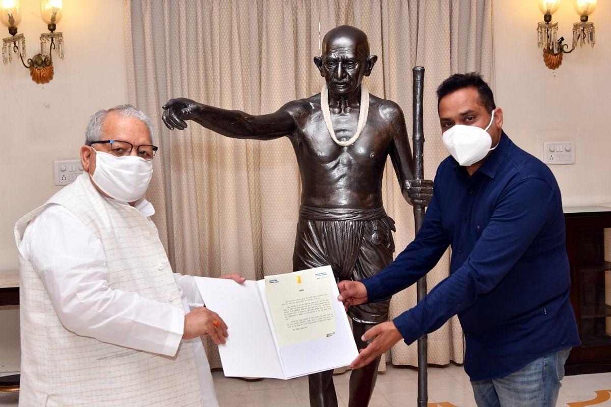 राज्यपाल मिश्र को मूर्तिकार राजेन्द्र प्रजापति ने भेंट की महात्मा गांधी की प्रतिमा