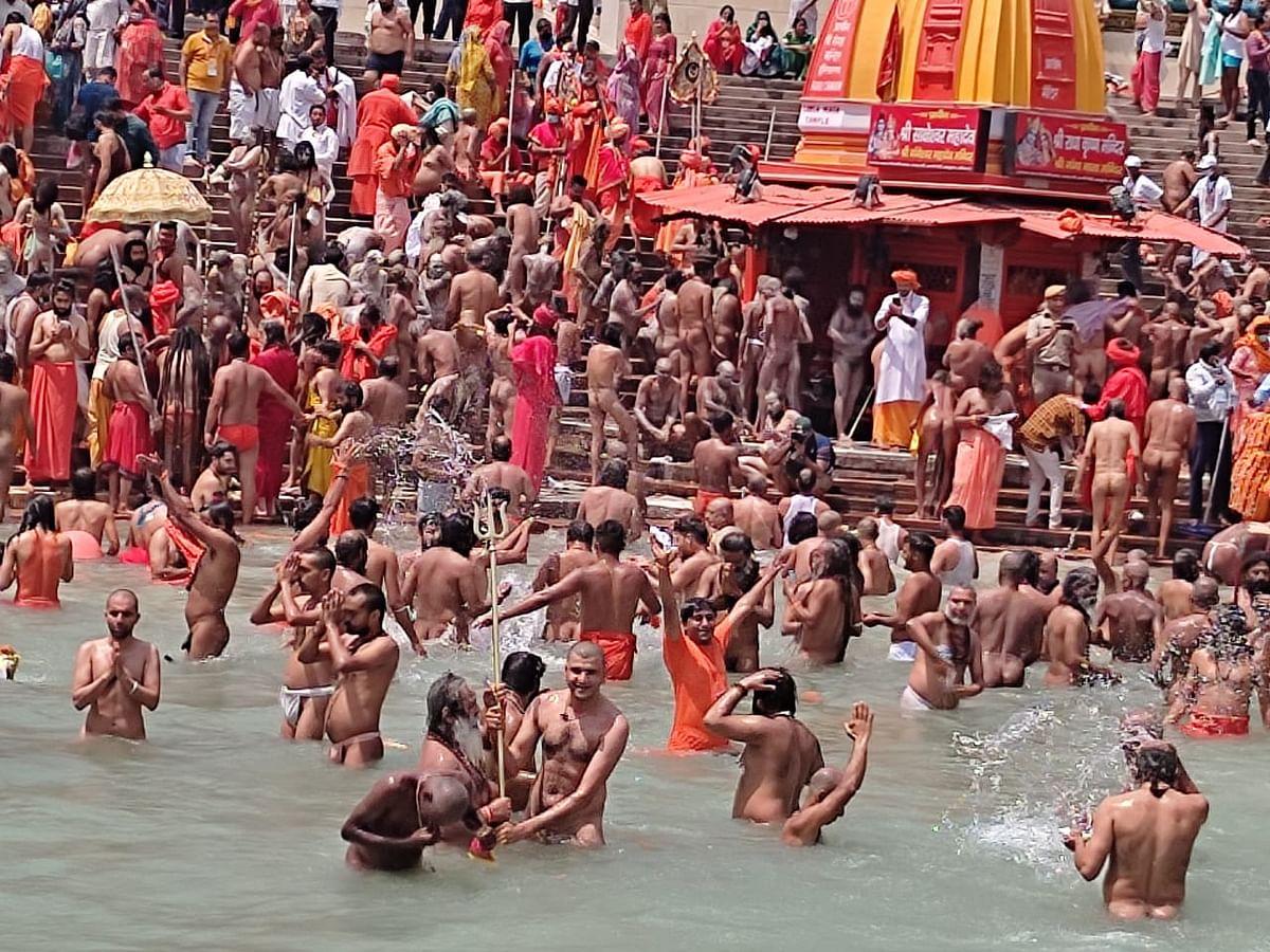 दूसरे शाही स्नान पर हरिद्वार में उमड़े लाखों श्रद्धालु, गंगा में डुबकी लगाई