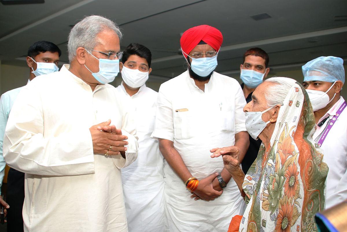 रायपुर : मुख्यमंत्री भूपेश ने रायपुर मेडिकल कॉलेज में टीकाकरण व्यवस्था का लिया जायजा