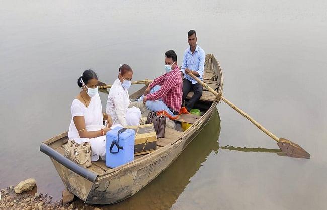 राजस्थान: नाव में बैठकर ग्रामीणों को बचाने के लिए लगा रहे हैं कोरोना का टीका