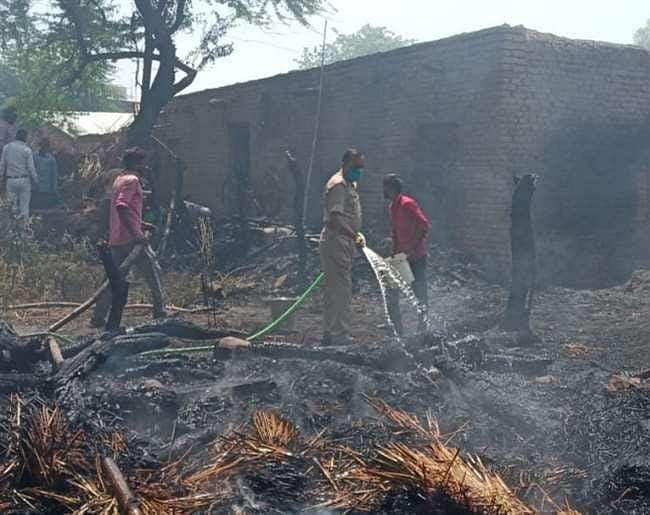 चूल्हे की चिंगारी से लगी भीषण आग , सात घर जलकर राख
