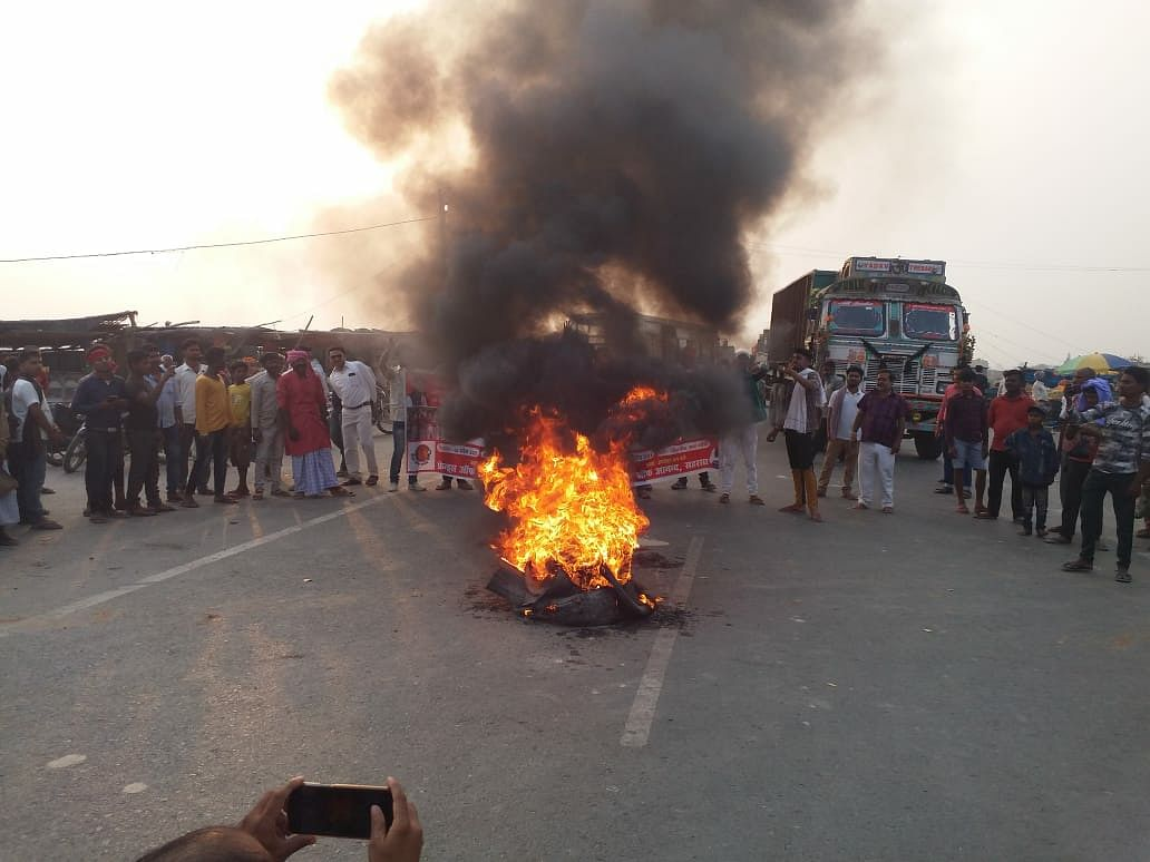 friends-of-anand-activists-burnt-effigy-of-cm