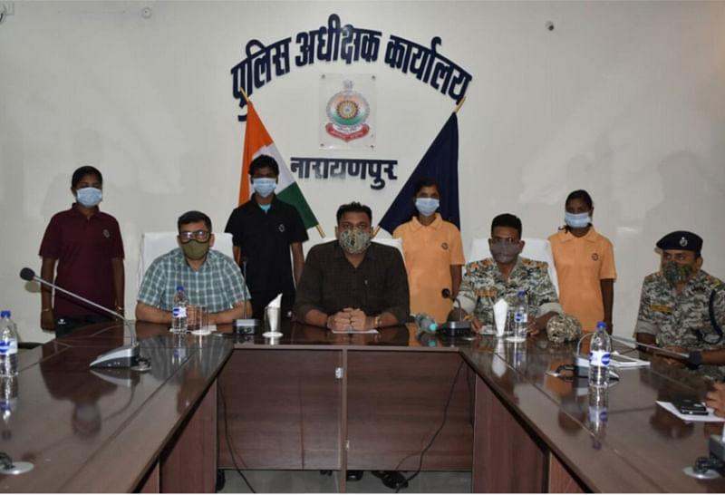नारायणपुर : सात लाख के इनामी चार नक्सलियों ने किया आत्मसमर्पण