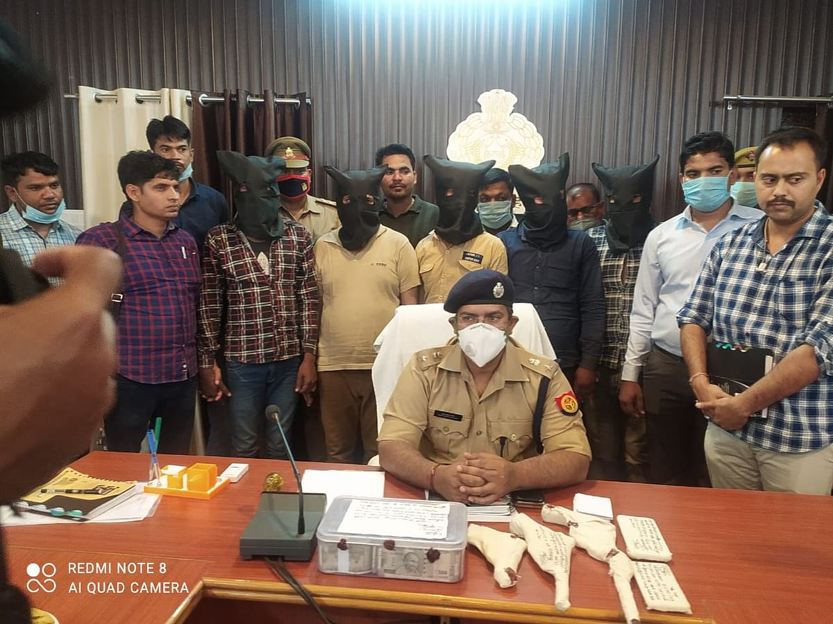 कार सवार लुटेरों के गिरोह के पांच सदस्यों को लाखों रुपये के साथ पुलिस ने किया गिरफ्तार