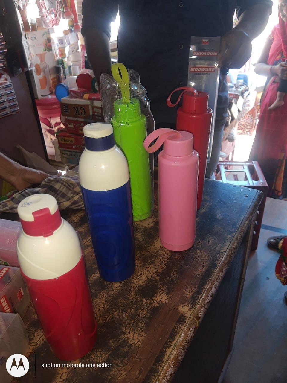 प्रयास एक पहल संस्था बुजुर्ग और छोटे दुकानदारों को गर्मी से राहत देने बांट रही ठंडे पानी की बाटलें