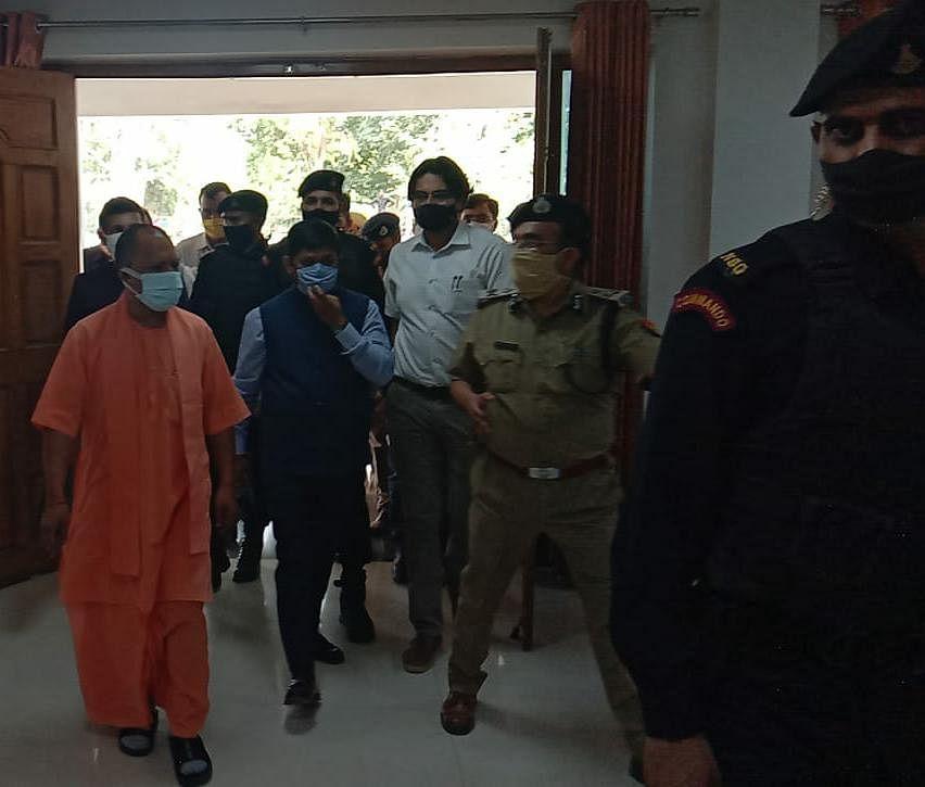 मुख्यमंत्री योगी प्रयागराज पहुंचे, संगम परेड कन्ट्रोल रूम में अफसरों संग करेंगे समीक्षा