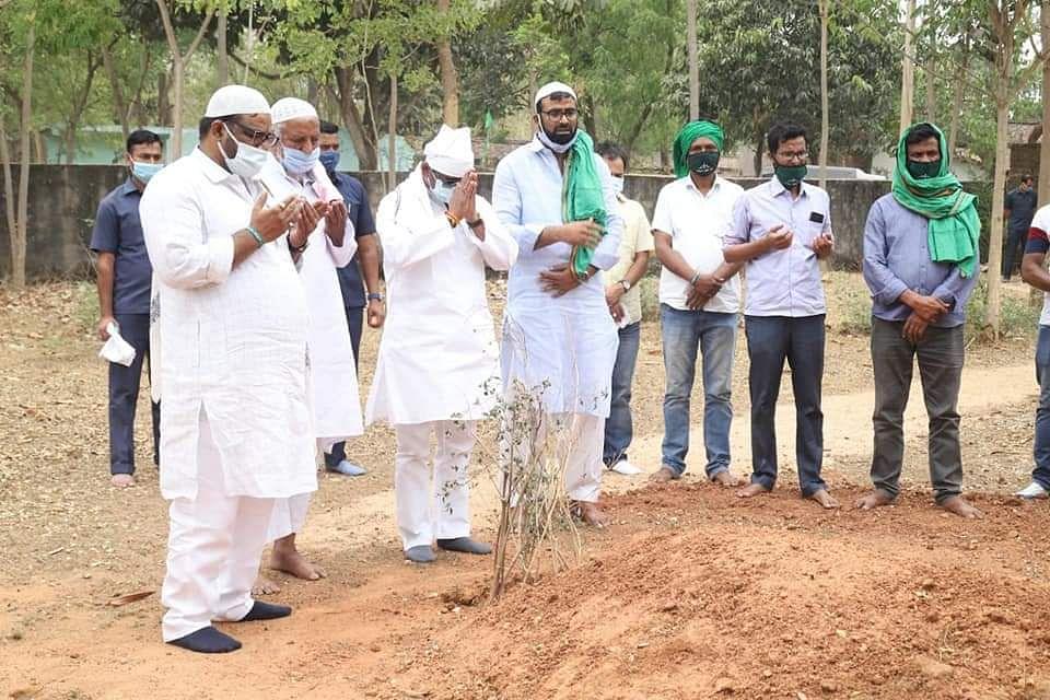 मधुपुर में हाजी हुसैन अंसारी के कब्र पर शीश झुकाने पहुंचे मुख्यमंत्री