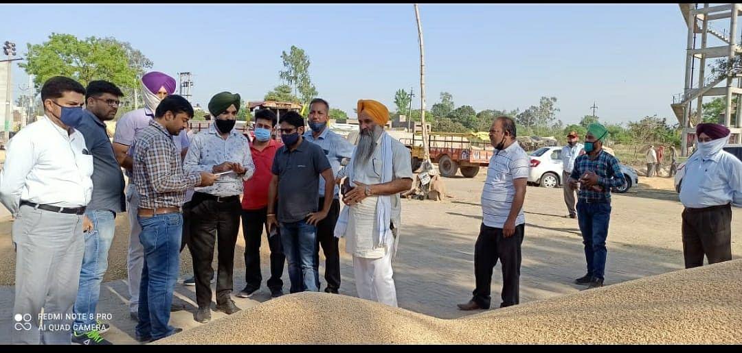 गेहूं में नमी की जांच के लिए कृषि अधिकारी ने अनाज मंडियों का किया दौरा