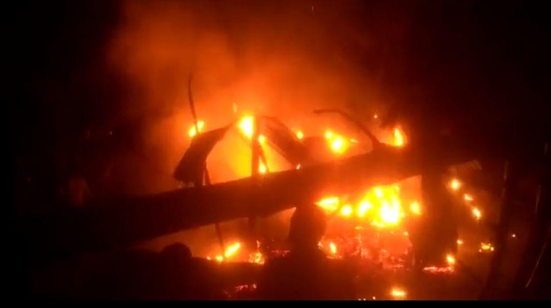 डिमाकूची के बदलापारा में भयावह आग, एक व्यक्ति आग में झुलसा