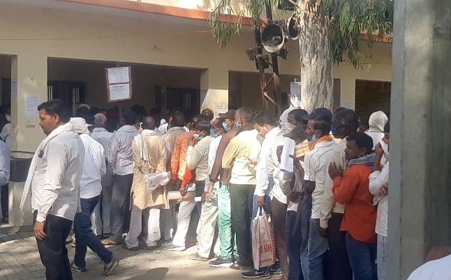 पंचायत चुनाव : चुनावी रुतबे में कोरोना से बेखौफ रहे उम्मीदवार, नामांकन के लिए उमड़ी भीड़