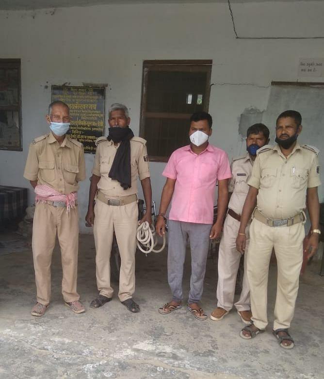 कोविड संक्रमण सुरक्षा नियमन की उपेक्षा के आरोप में शिक्षक गए जेल