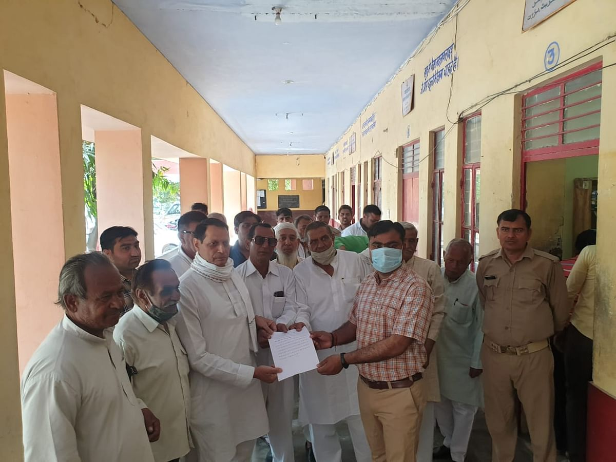 slogans-in-tehsil-for-extortion-of-fees-in-public-schools-memorandum-submitted