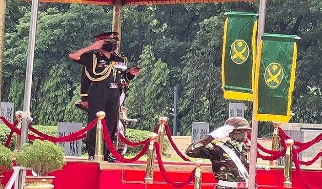 बांग्लादेश-दौरे-पर-गए-सेना-प्रमुख-ने-दी-सैनिकों-को-श्रद्धांजलि-'गार्ड-ऑफ-ऑनर'-से-किया-गया-स्वागत
