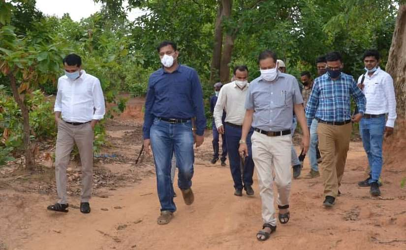 narayanpur-collector-inspects-selected-land-for-food-park-steel-plant
