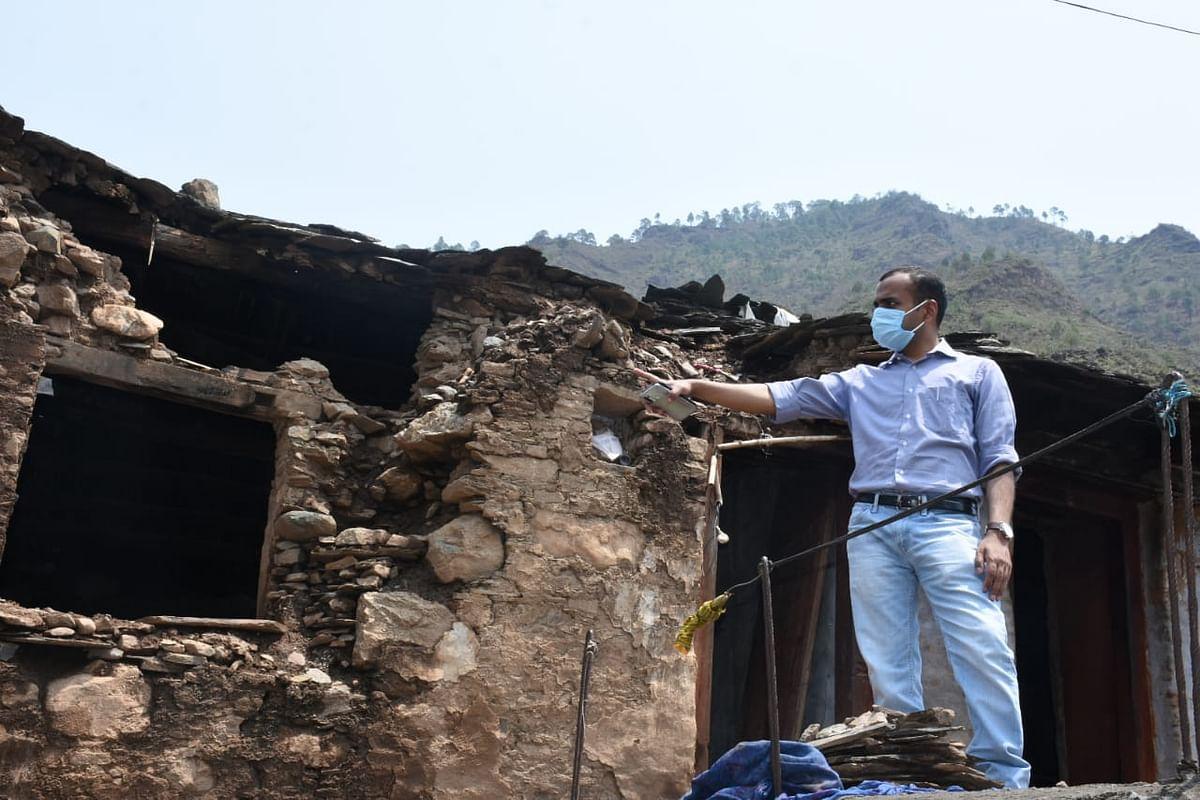 कुमराड़ा गांव में बादल फटने से 300 परिवार प्रभावित, डीएम ने किया निरीक्षण