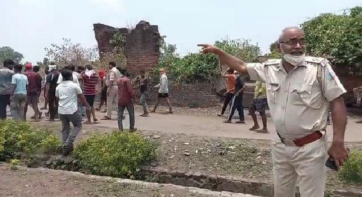 पानी को लेकर दो मोहल्ले के लोग आपस में भिड़े, इलाका पुलिस छावनी में तब्दील