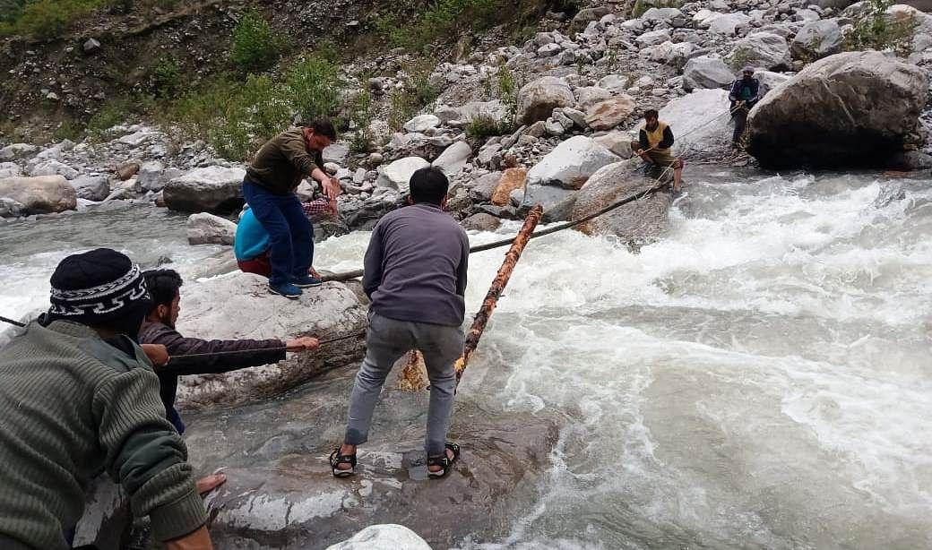 खिरों घाटी के पुल बहा, 700 से ज्यादा बकरी फंसी