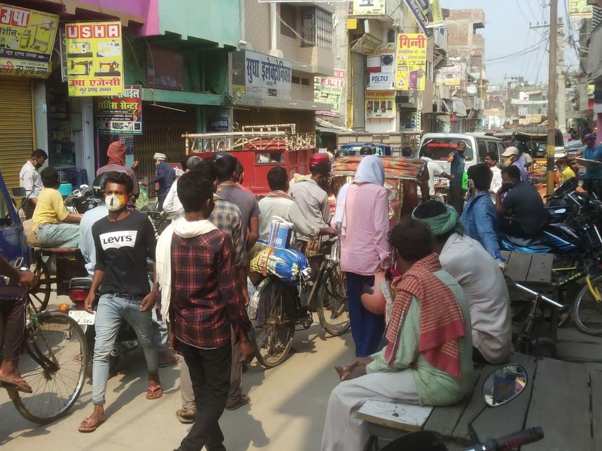 लॉकडाउन के तीसरे दिन बाजार बंद के बावजूद उमड़ी रही भीड़