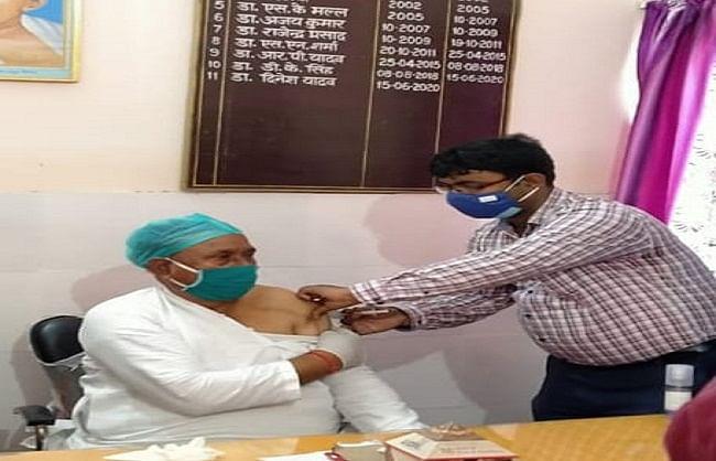 देवरिया : राज्य मंत्री जयप्रकाश ने लगवाई वैक्सीन की दूसरी डोज