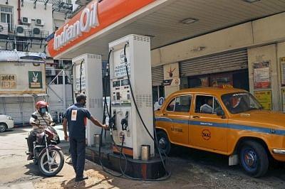 नई ऊंचाई पर पहुंचने के एक दिन बाद ईंधन की कीमतों में बढ़ोतरी रुकी