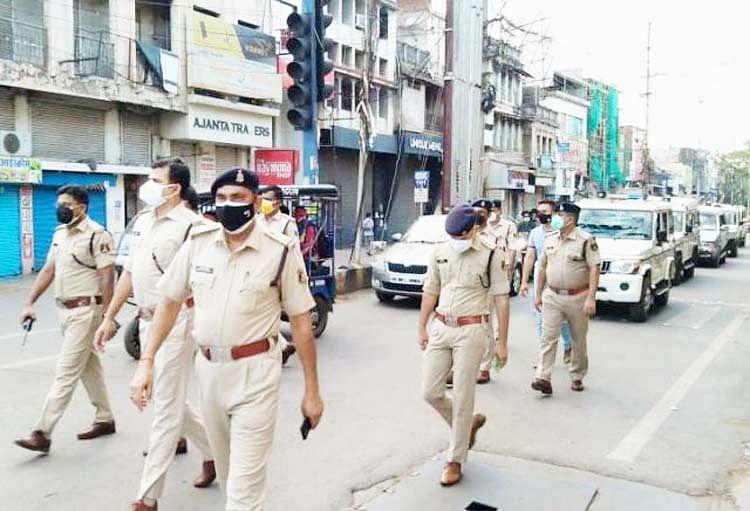 रायपुर : पुलिस ने शहर में निकाला फ्लैग मार्च, गाइडलाइन का पालन करने के दिए निर्देश