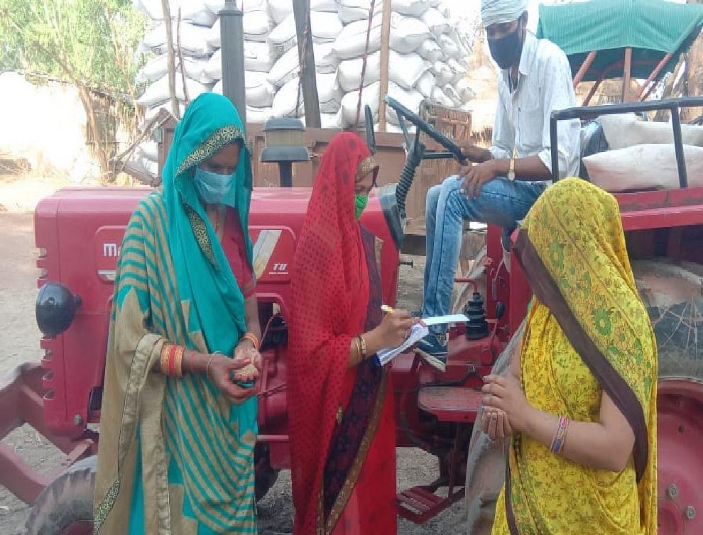 कोरोना के संकट के बीच रबी की फसल खरीदने में आधी आबादी की अहम भूमिका