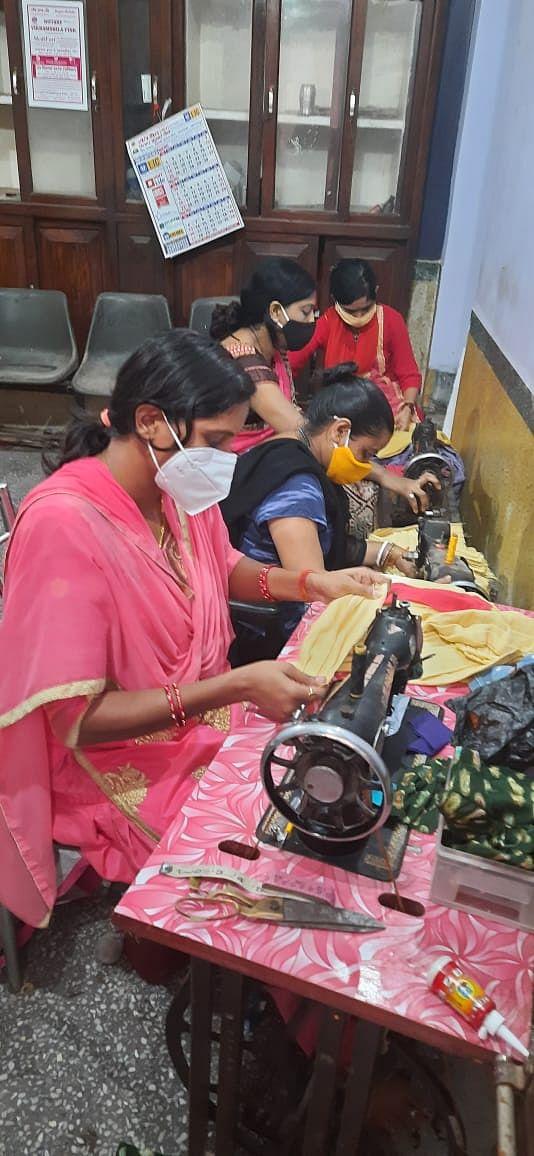 भाजपा महिला मोर्चा लोगों के बीच वितरण करेंगी मास्क, टीम के सदस्यों ने युद्धस्तर पर शुरू किया मास्क बनाने का काम