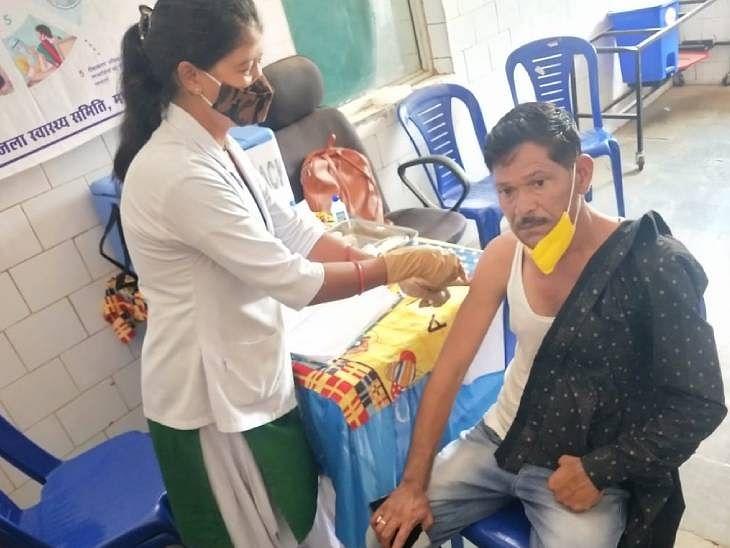तुलसीराम ठाकुर, वैक्सीनेशन की ऐसी जिद की 160 मीटर जाकर लगवाया परिवार के साथ खुद को टीका