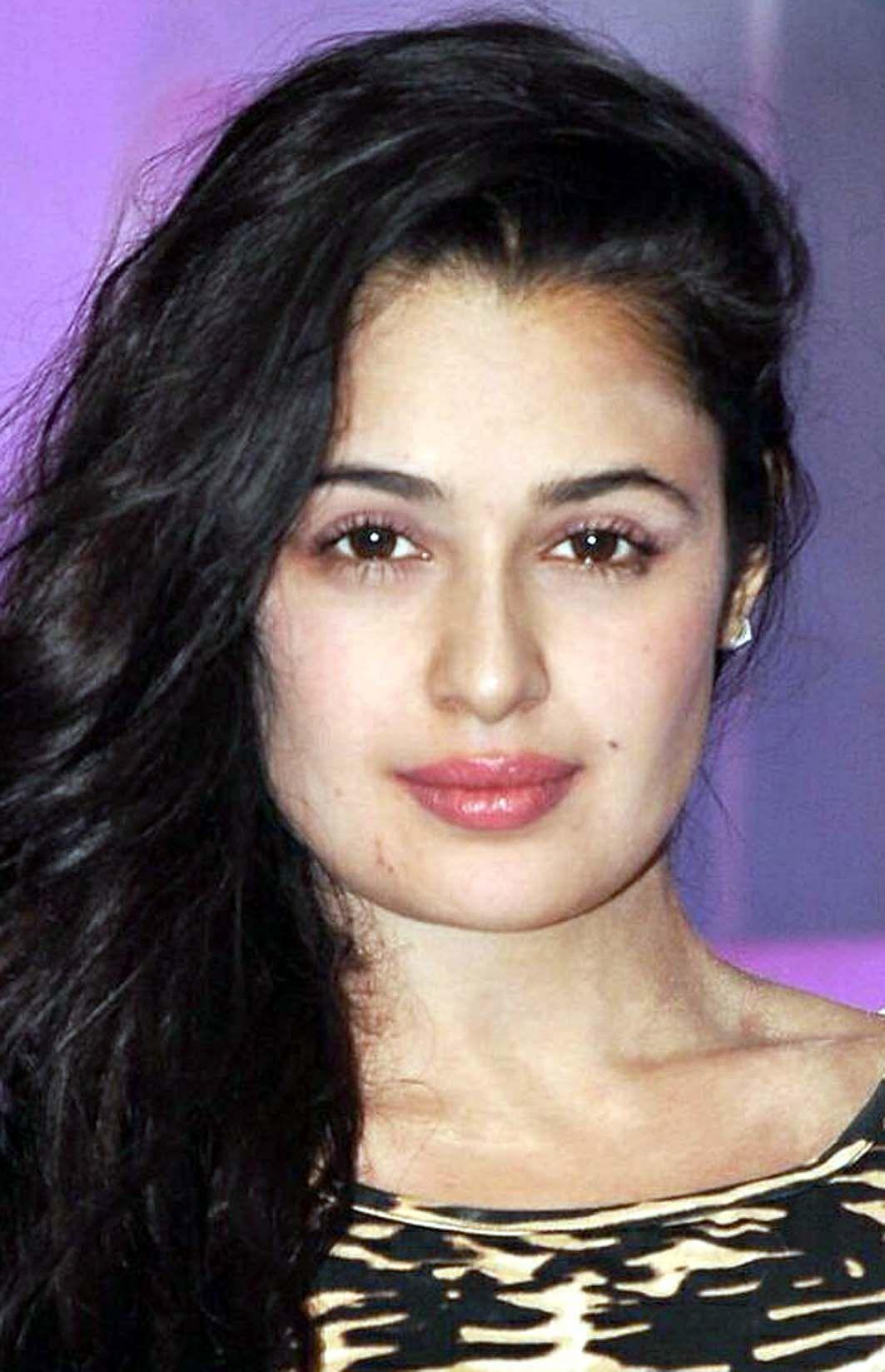 हिसार : फिल्म अभिनेत्री युविका चौधरी के खिलाफ एफआईआर दर्ज