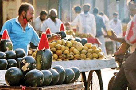किराना दुकानें बंद की तो फल और सब्जी मंडी में उमड़ी लोगों की भीड़