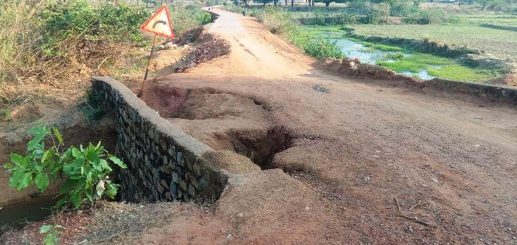 kondagaon-pmgsy39s-cc-road-from-mandanar-to-permapal-is-broken-condition-is-shabby