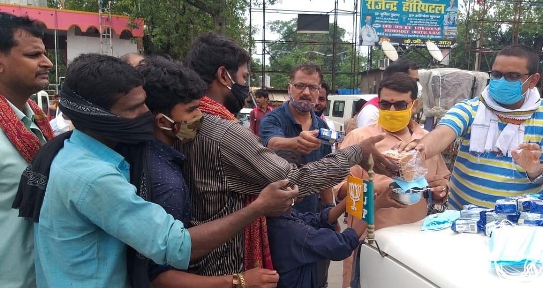 भाजपा ने सेवा ही संगठन कार्यक्रम के तहत जिले में बीस हजार से अधिक लोगो के बीच भोजन और अन्य सामग्रियों का किया वितरण
