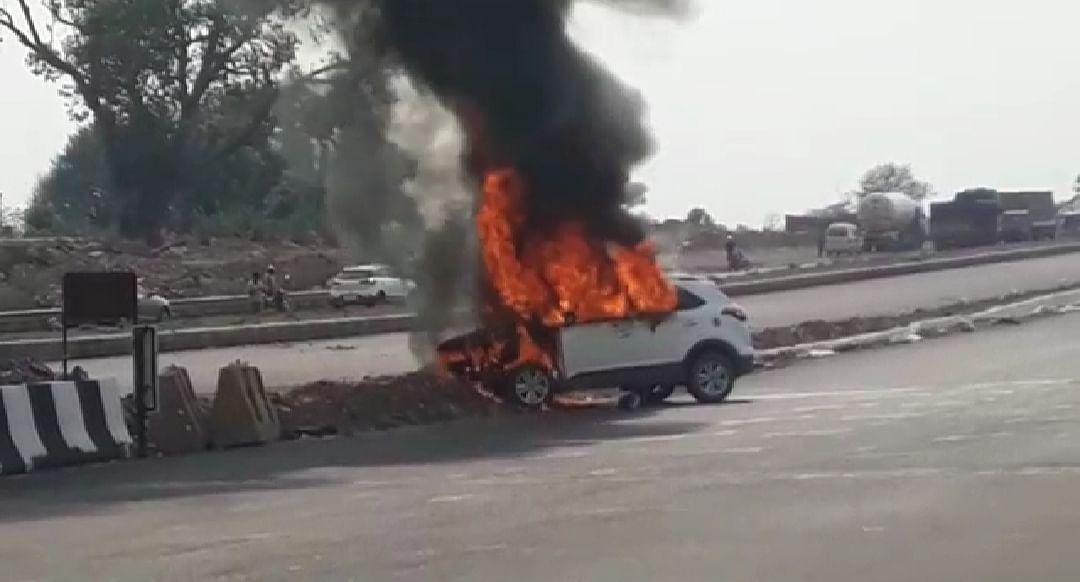 तोपचांची में डिवाइडर से टकराई कार, जलकर हुई खाक,  दो घायल