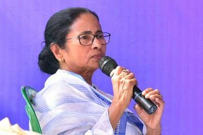 संक्रमण रोकने के लिए एक्शन में ममता, बंगाल में लोकल ट्रेनें निलंबित