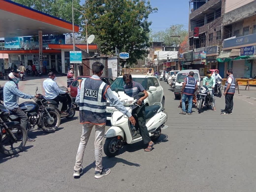 पुलिस मुस्तैदी के साथ करा रही गाइडलाइन का पालन