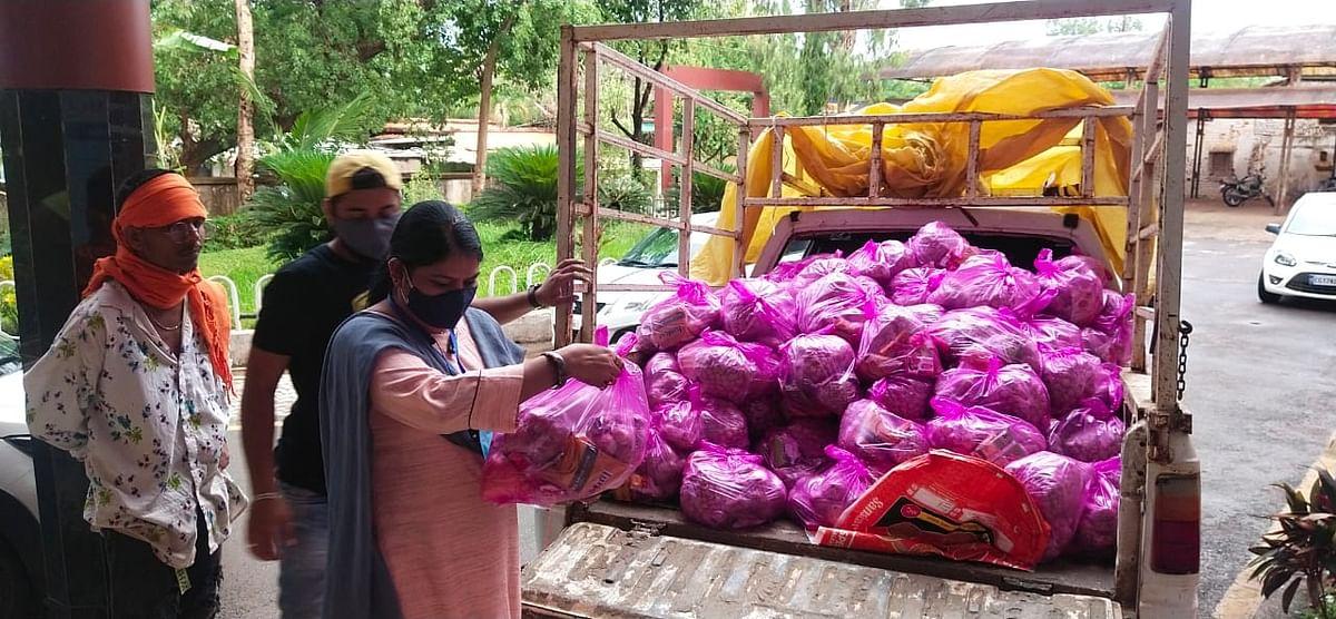 जगदलपुर : महापौर व नगर निगम के द्वारा गृह एकांतवास परिवारों तक पहुंचाया राशन