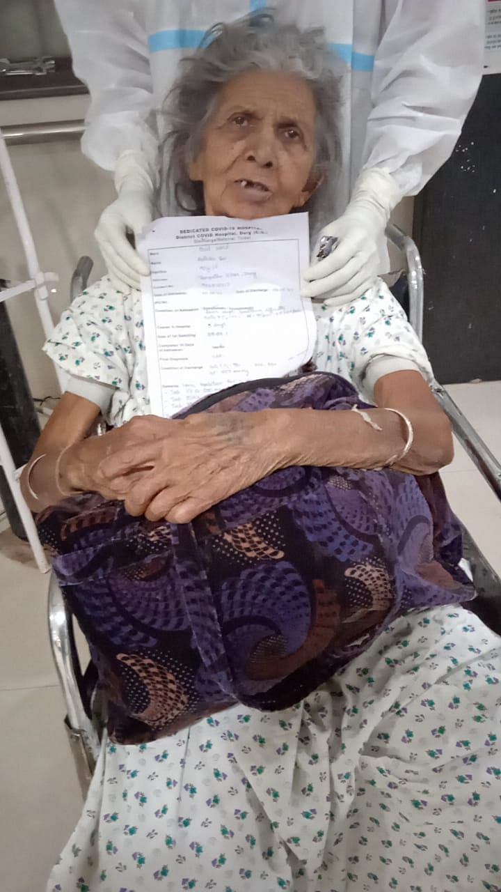 raipur-jung-from-corona---two-elderly-women-of-92-years-and-90-years-beat-kovid-recovering-and-reached-home