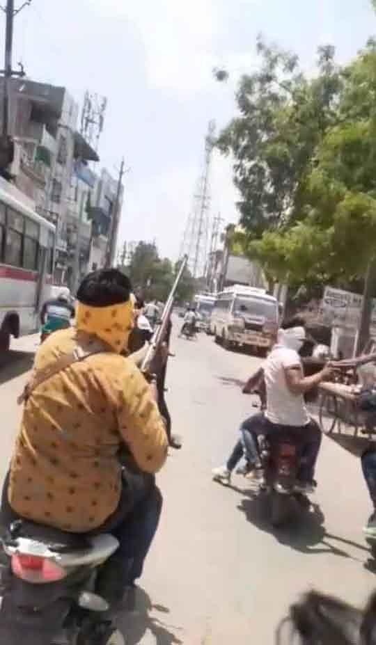 हथियारबंद नकाबपोश बाइक सवारों ने बनखण्डी रोड़ पर चलाईं अंधाधुंध गोलियां