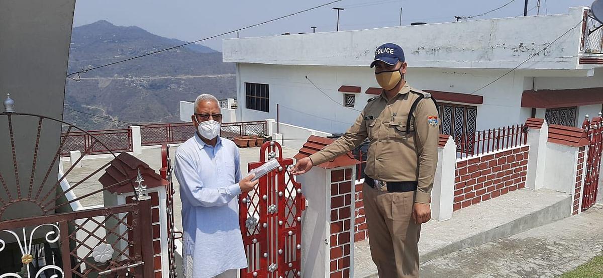 पुलिस ने बुजुर्ग दंपति के पास पहुंचाई दवा