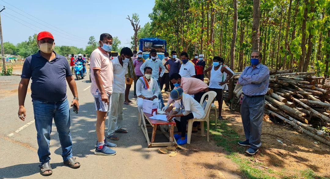 कोंडागांव : पीसीसी प्रमुख मोहन मरकाम ने निर्माणाधीन राजीव भवन में किया श्रमदान