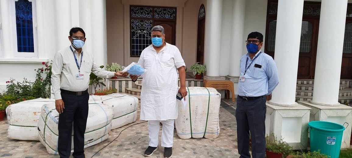 गिरिराज सिंह की पहल पर एनटीपीसी ने विधायकों को सौंपा 60 हजार मास्क
