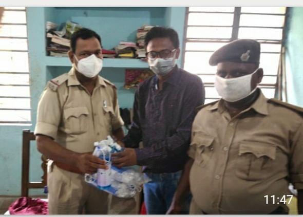 valmikinagar-mp-distributes-masks-and-sanitizers-among-bagaha-police-personnel