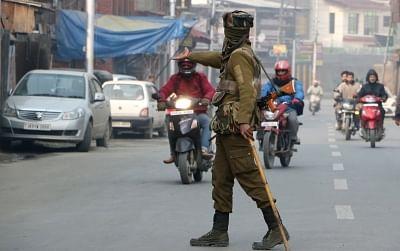 जम्मू-कश्मीर पुलिस का गैर-पेशेवर तरीके से पूछताछ करने वाला वीडियो वायरल