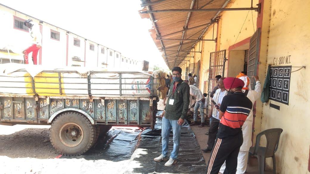 कोरोना कफ्र्यू में दी गई रियायतों के बाद सडक़ों पर नागरिकों का जमावड़ा