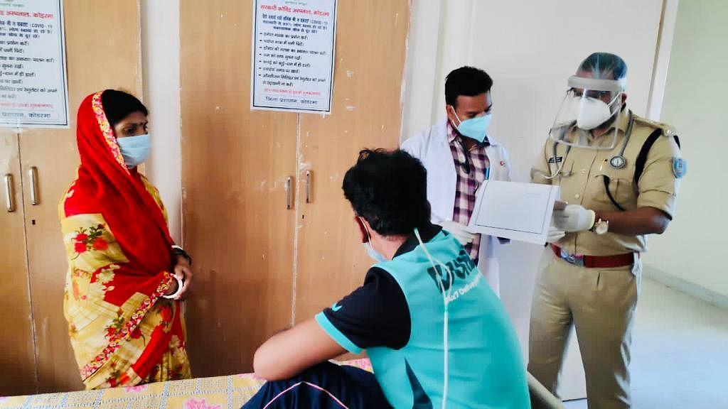 एसपी पहुंचे कोविड अस्पताल, मरीजों का किया इलाज