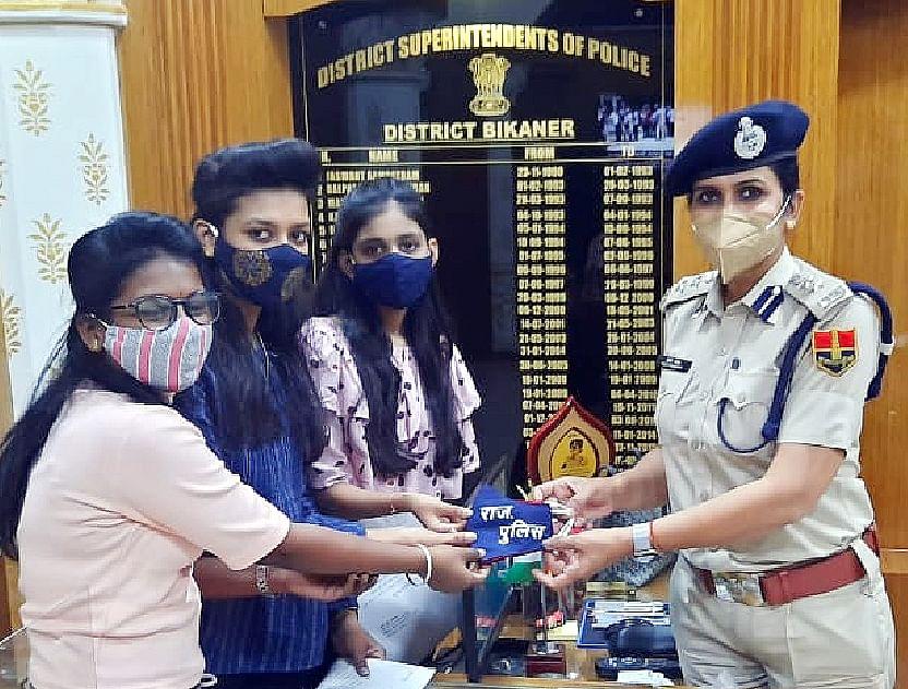 अपनी बचत के रुपयों में से तीन बहनों ने स्वयं मास्क बनाकर पुलिसकर्मियों को किए वितरित