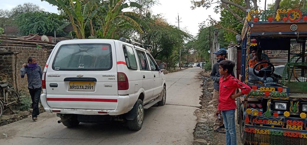 उज्जैन: बस्ती के तीन सौ मकानों के बीच से हर दिन गुजरते हैं कोविड संक्रमित शव वाहन