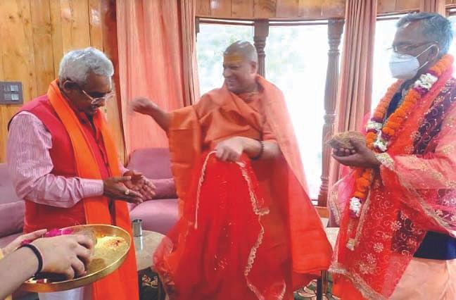 पूर्व मुख्यमंत्री त्रिवेंद्र सिंह व मदन कौशिक ने लिया स्वामी कैलाशानंद से आशीर्वाद