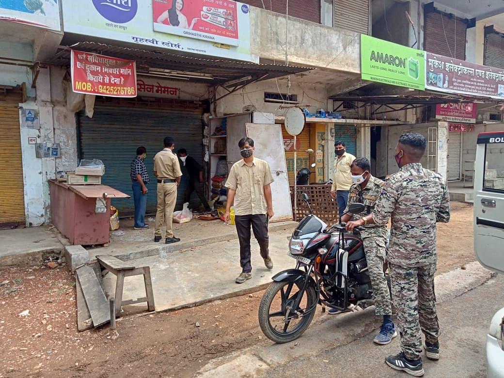 रायगढ़ : एसडीएम के निर्देश पर धरमजयगढ़ में किराना दुकान हुआ सील, लॉक डाउन में दुकान खोलकर बेच रहे थे सामान